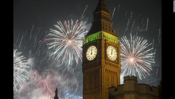 Pháo hoa chúc mừng năm mới tại tháp đồng hồ Big Ben, London.
