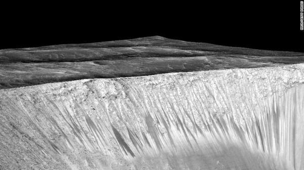 NASA công bố bằng chứng có nước chảy trên bề mặt sao Hỏa, đánh dấu thêm một bước tiến trong nghiên cứu sự sống ngoài Trái đất (ngày 28/9).