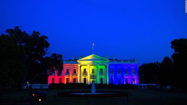 Ngày 26/6, Nhà trắng (Mỹ) phủ sắc màu cầu vồng nhân ngày đạo luật hôn nhân đồng giới được chính thức thông qua.