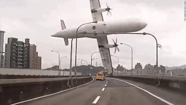 Vụ tai nạn máy bay  GE235 của hãng Trans Airways tại Đài Loan đâm xuống cây cầu bắc ngang sông Keelung. 15 người may mắn thoát chết trong số 58 người có mặt trên chuyến bay. Đây là một trong số những thảm họa hàng không tồi tệ nhất thế giới trong vài năm gần đây. Nguyên nhân được kết luận là do lỗi hệ thống động cơ máy bay.