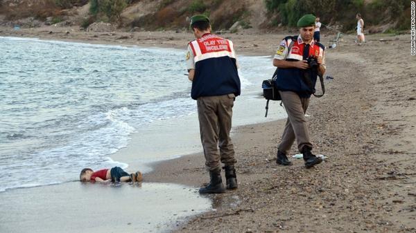 Bức ảnh một em bé Syria chết đuối  nằm dạt trên bờ biển ở đảo Kos, Hy Lạp hôm 2/9 làm dấy lên làn sóng kêu gọi nhân quyền vì người tị  nạn trên khắp thế giới.