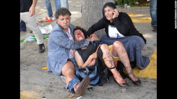 Ít nhất 95 người chết trong vụ đánh bom kép trong một buổi diễu hành ở thủ đô Thổ Nhĩ Kỳ hôm 10/10, đây là vụ tấn công đẫm máu nhất lịch sử hiện đại của nước này.