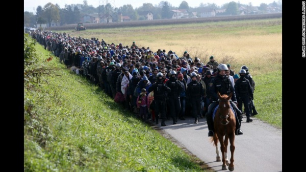 Ngày 20/10, cảnh sát Slovenia dẫn đường cho đoàn người tị nạn chạy sang nước này sau khi  chính phủ Hungary đóng cửa biên giới để ngăn chặn dòng người nhập cư ồ ạt đổ về Châu Âu.