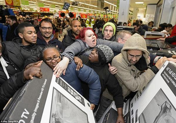 Cảnh tượng diễn ra hàng năm tại ngày hội mua sắm lớn nhất năm tại Mỹ và thế giới: Black Friday và những màn chen lấn tranh cướp hàng giảm giá.