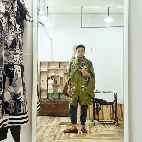 NTK Trương Thanh Long với chiếc áo do mình và người bạn thân Võ Công Khanh thiết kế.