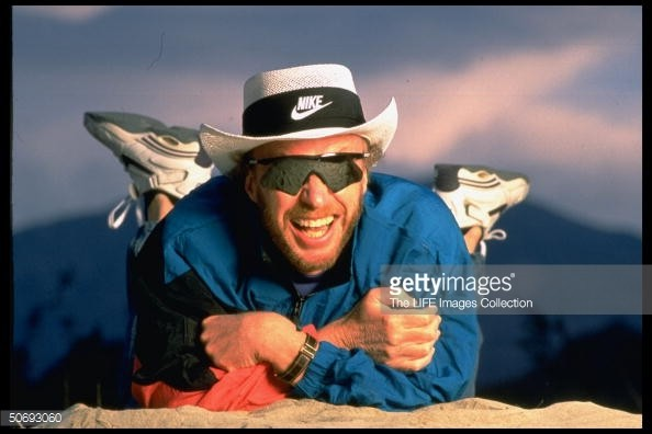"""Phil Knight, đồng sáng lập hãng thời trang Nike, từng vận động bang Oregon tăng thuế thu nhập đối với người giàu, từng nói """"Tôi là Phil Knight và tôi không tin vào quảng cáo""""."""