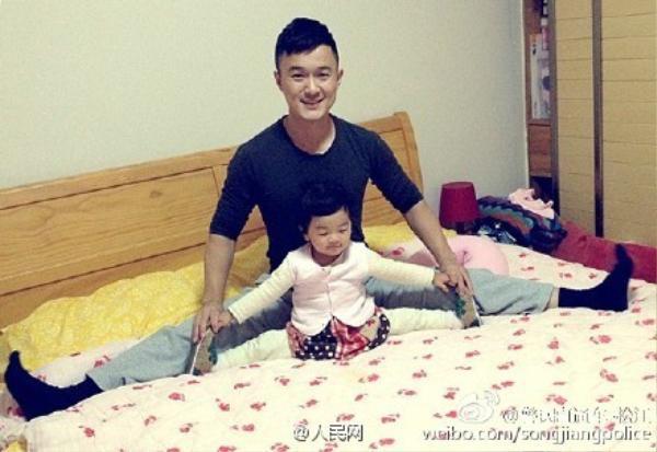 Ông bố cảnh sát đẹp trai huấn luyện cô con gái bé nhỏ ngay từ bài tập xoạc chân cơ bản.