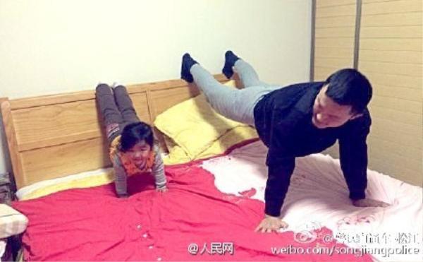 Lớn hơn chút nữa, hai cha con luyện tập bài chống đẩy, chân gác lên thành giường đầy tự tin.