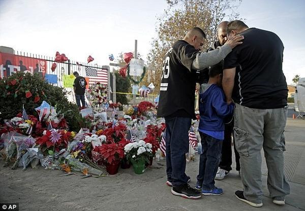 Người dân địa phương đến thắp nên tưởng niệm các nạn nhân của vụ xả súng tại California.