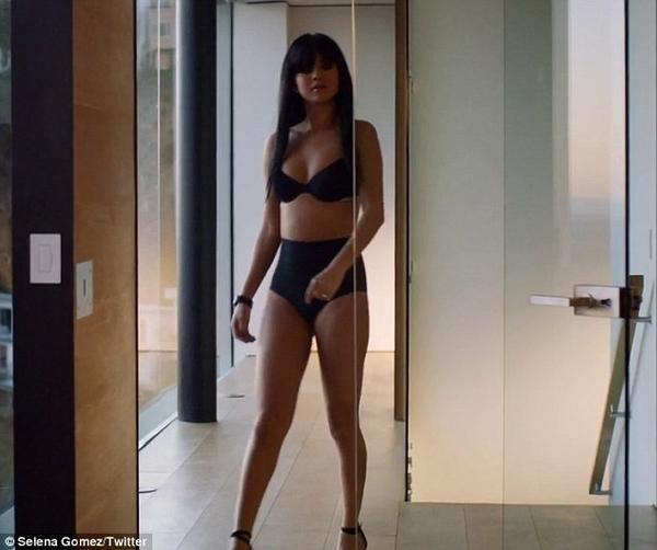 Hôm 7/12, Selena Gomez thiêu đốt ánh mắt người hâm mộ bằng phong cách thiếu vải gợi cảm khi tung ra đoạn clip giới thiệu về MV mới Hands To Myself. Trong MV, nữ ca sĩ hầu như chỉ diện trên người trang phục duy nhất là bộ đồ nội y màu đen.