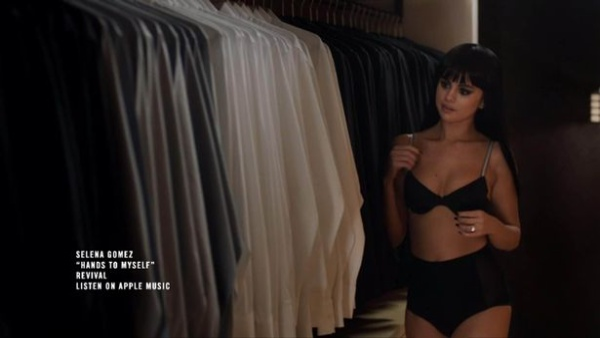 Nhân vật của Selena tới thẳng phòng thay đồ nam …