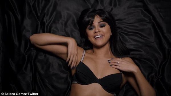 Nữ ca sĩ 23 tuổi trang điểm mắt khói đậm, son nude già dặn và để tóc mái bằng. Hands To Myself nằm trong album mới Rivial được Selena phát hành hồi tháng 10 vừa qua và được khá nhiều người hâm mộ yêu thích.