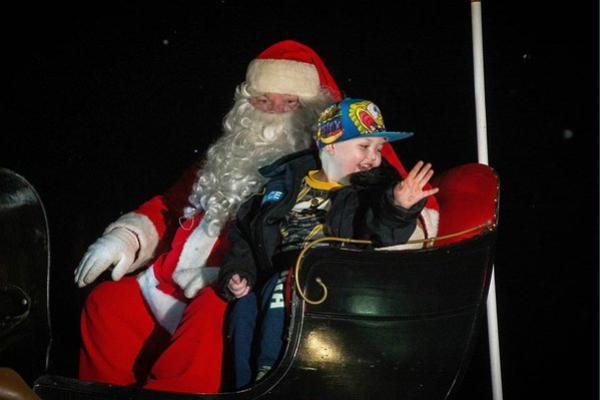 Evan Leversage và ông già Noel được gặp nhau trước hai tháng.