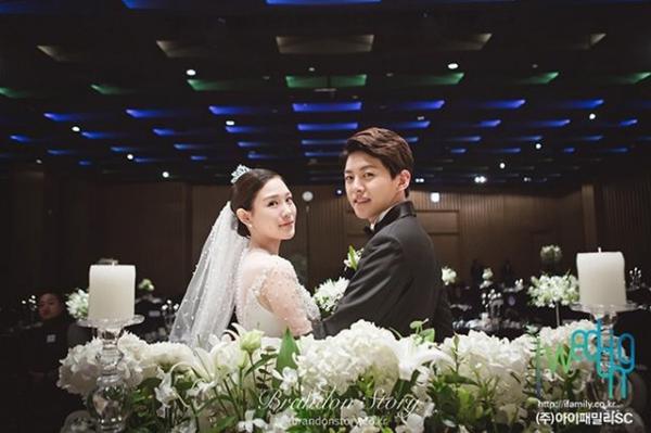 Đám cưới của cựu thành viên nhóm U-KISS Dongho diễn ra vào tháng 11 vừa qua gây sốt bởi anh là thần tượng trẻ nhất Kpop lập gia đình. Nam ca sĩ 22 tuổi khiến fan bất ngờ khi thông báo kết hôn với bạn gái hơn 1 tuổi. Dongho rời U-KISS vào năm 2013 vì không thích hợp với cuộc sống của người nổi tiếng, hiện tại anh làm DJ cho các hộp đêm ở Seoul.