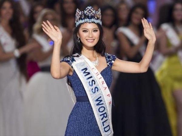 Vu Văn Hà không nói tiếng Anh trong đêm chung kết Hoa hậu Thế giới 2012.