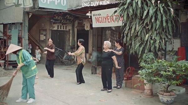 Các diễn viên cao tuổi trong một phân cảnh của video ca nhạc Thật bất ngờ.