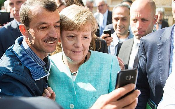 Merkel_Selfie_3521997b