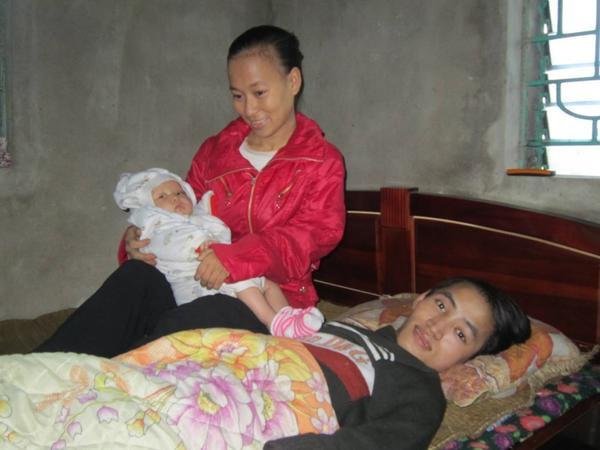 Hai vợ chồng chào đón đứa con đầu lòng. (Ảnh: FBNV)