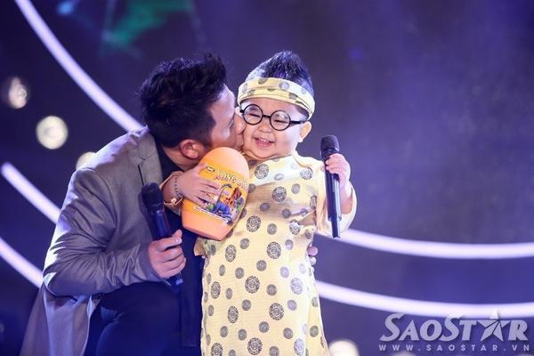 Bằng Kiều tranh thủ tặng quà và hôn cậu nhóc sau bài hát