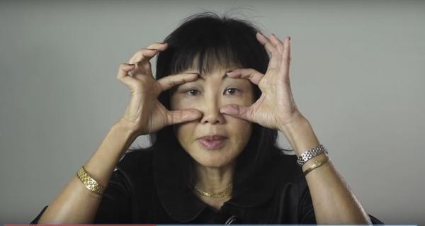 Dùng ngón trỏ và ngón cái giữ cơ mắt trên vùng lông mày và dưới hốc mắt, sau đó chớp mắt liên tục 10-20 lần