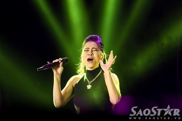 """Mặc dù âm thanh không thực sự tốt nhưng với giọng hát đẳng cấp của mình, nữ ca sĩ vẫn biết cách tạo ấn tượng và """"hớp hồn"""" số đông công chúng yêu nhạc."""