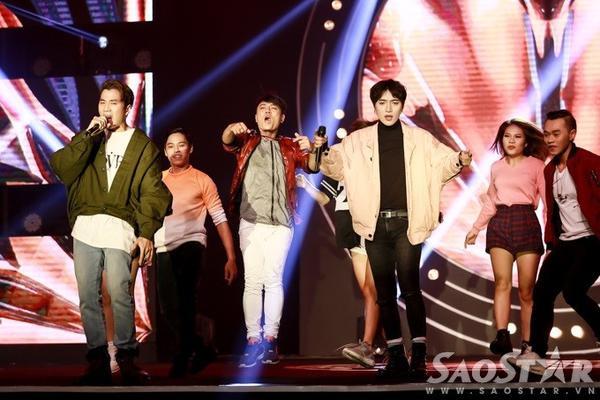 Ca nhạc sĩ Châu Đăng Khoa và rapper Karik trình diễn Hãy cứ khát khao - Do What You Want.