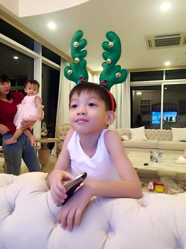 Cậu nhóc Su Beo tranh thủ ngắm lại thành quả của hai mẹ con đã đạt được.