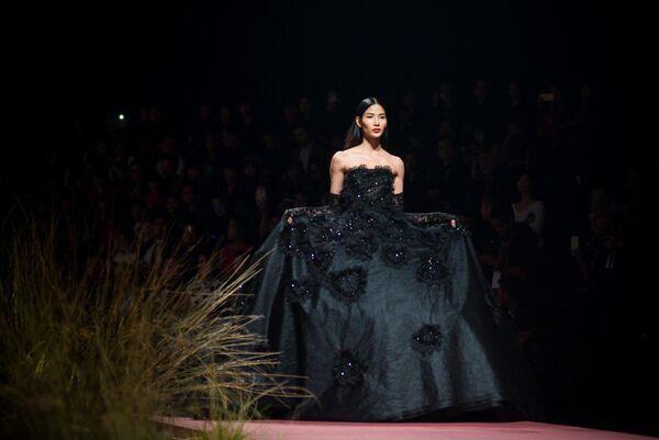 Bộ váy khá cồng kềnh mà Hoàng Thùy mặc kết thúc show diễn.