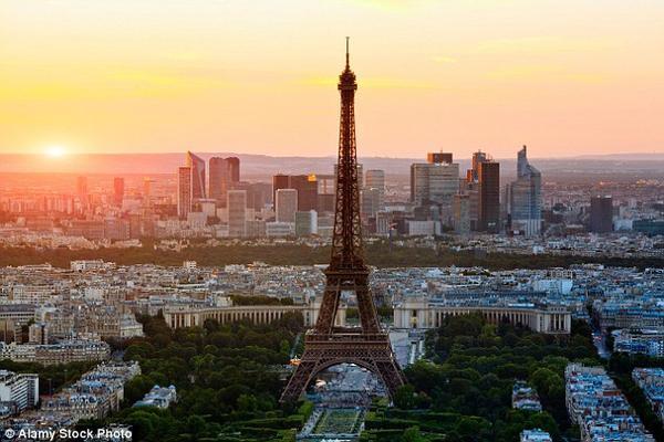 Tháp Eiffel đón khoảng 7 triệu lượt viếng thăm mỗi năm, trong số đó 70% khách tham quan là người nước ngoài.