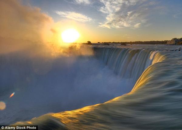 Kỳ quan thiên nhiên thế giới, tháp Niagara, đón khoảng 12 triệu lượt khách tham quan mỗi năm.