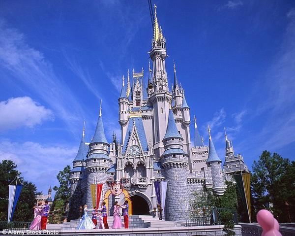 Đứng đầu danh sách không nằm ngoài dự đoán là công viên Disney tại các thành phố nổi tiếng trên thế giới như Paris, California, Florida, Hong Kong, Tokyo và sắp tới là Thượng Hải.