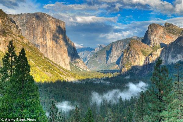 Chắc phải hiếm hoi lắm bạn mới chụp được một bức ảnh nào xấu tại công viên quốc gia Yosemite. Có lẽ đây là lý do mà địa điểm này được nhiều khách du lịch check-in và chia sẻ với bạn bè trên Facebook.