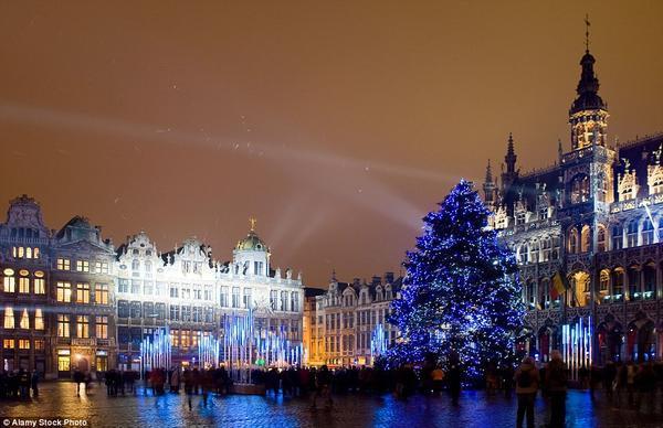 Cây thông Noel bên cạnh Grand Palace tại thành phố Brussels, Bỉ là địa điểm đón Giáng sinh lý tưởng và tuyệt đẹp cho người dân và khách du lịch.