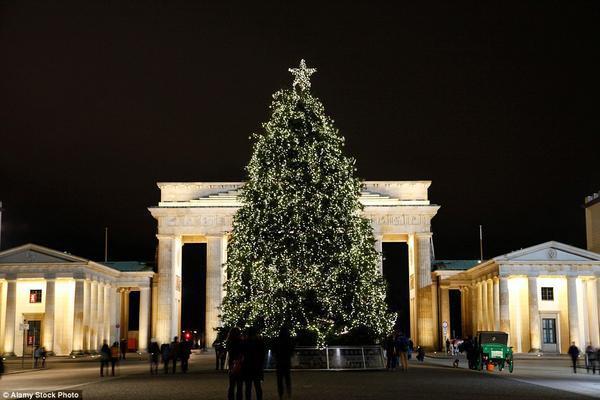 Berlin có khoảng 50 chợ Giáng sinh, một trong sô đó nằm gần cây thông chính của lễ hội đặt trước cổng Brandenburg.