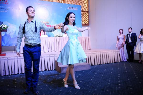 Vũ Ngọc Anh khoe khả năng nhảy múa trước hàng trăm khách mời và giới truyền thông.
