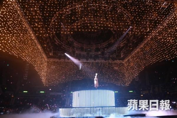 Sân khấu hoành tráng.
