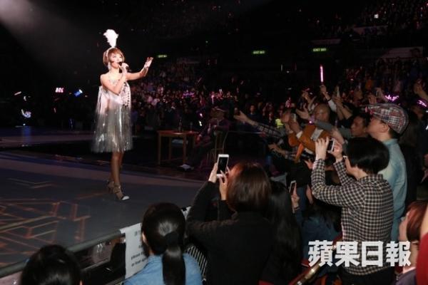 Thái Y Lâm trong sự hò reo của khán giả. Nữ hoàng nhạc Pop Đài Loan tổ chức tour diễn vòng quanh Trung Hoa từ giữa năm và ghi được tiếng vang lớn. 2015 tiếp tục là một năm thành công khi Y Lâm nhận được nhiều giải thưởng danh giá trong Pop Music Awards, MAMA Awards…