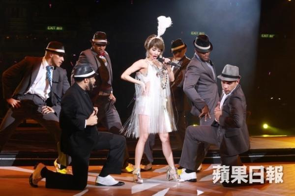 Thái Y Lâm trình diễn hơn 20 ca khúc, mang đủ phong cách và thể loại âm nhạc.