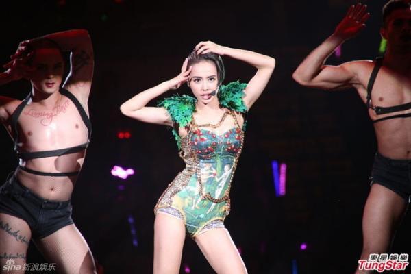 Với ưu thế về vũ đạo, nữ ca sĩ mang đến những phần trình diễn sôi động và bốc lửa.