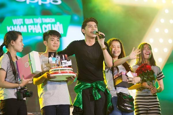 Các fan lên sân khấu mừng sinh nhật Noo Phước Thịnh.