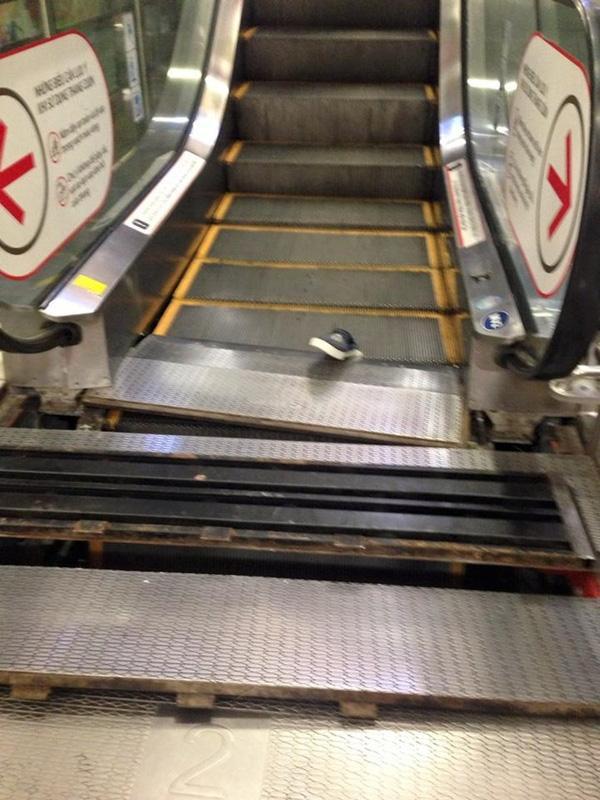 Ba bậc thang cuối cùng của chiếc thang cuốn bị hư hỏng.
