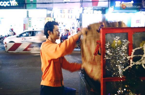 Khu vực mà anh nhận thu gom rác là các hộ kinh doanh, gia đình trên đường Hai Bà Trưng và Phan Đình Phùng.