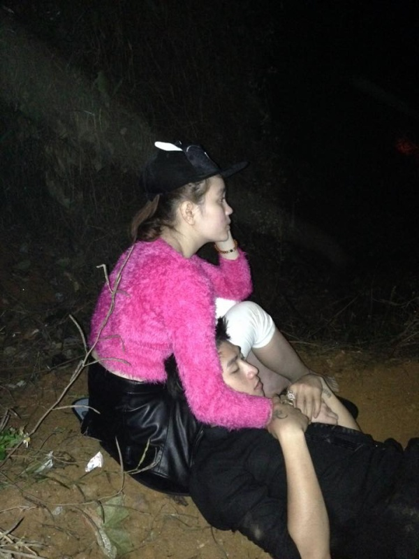 Sau cú va đập mạnh vào vách núi, các thành viên phải ngồi giữa trời lạnh hơn 4 tiếng đồng hồ để đợi xe cứu trợ.