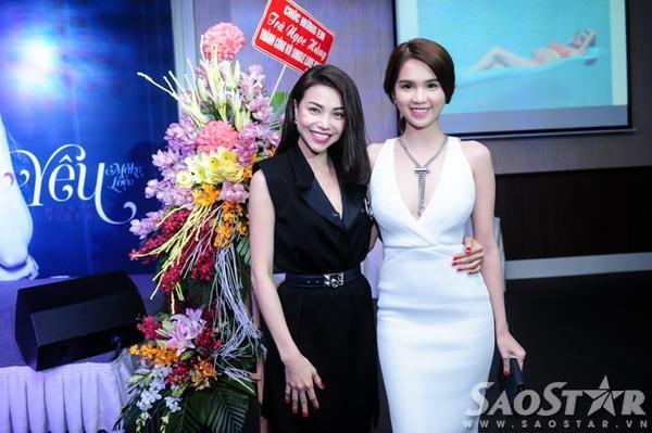 Chủ nhân sự kiện và Ngọc Trinh nổi bật với trang phục đối lập tông đen - trắng.