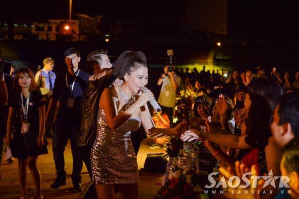 Nữ ca sĩ không ngần ngại di chuyển khắp mọi vị trí trong sân vận động rộng lớn để có thể đến gần hơn với khán giả.