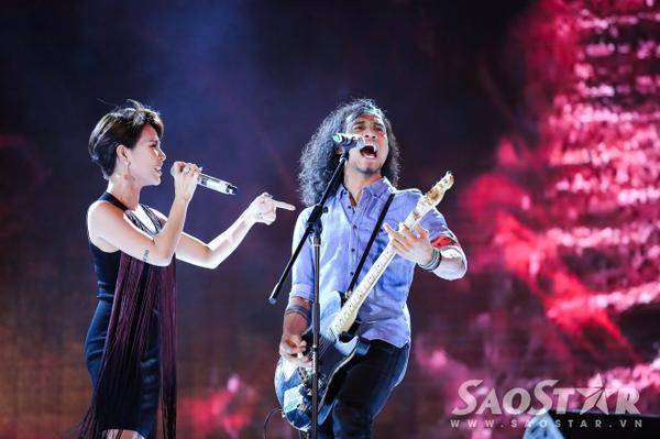 Nữ ca sĩ còn gửi tặng các fan bản hit Chờ người nơi ấy song ca cùng Phạm Anh Khoa.