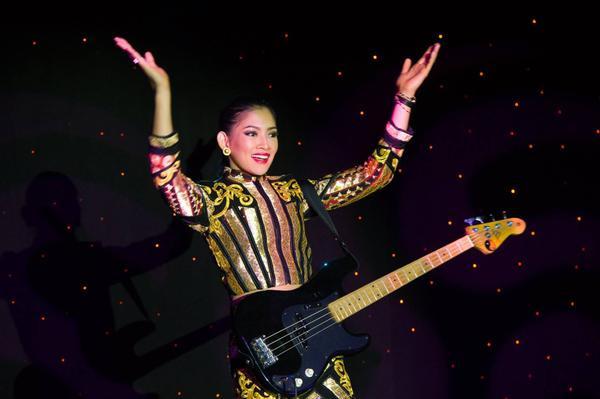 Thí sinh Anindya Kusuma Putri đến từ Indonesia khoe giọng hát và khả năng đánh đàn.