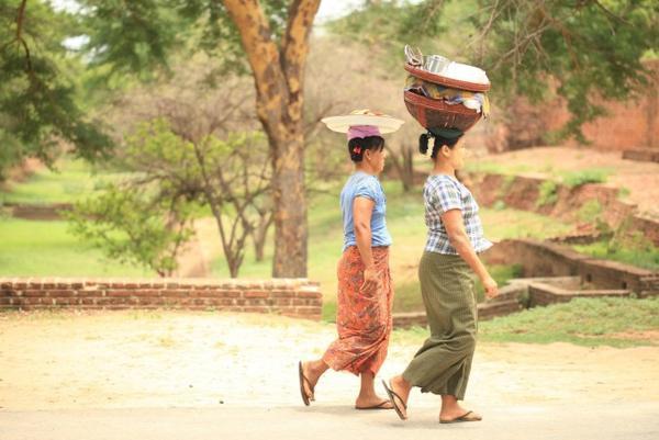 Những người phụ nữ đội đầu ở Bagan, Myanmar.