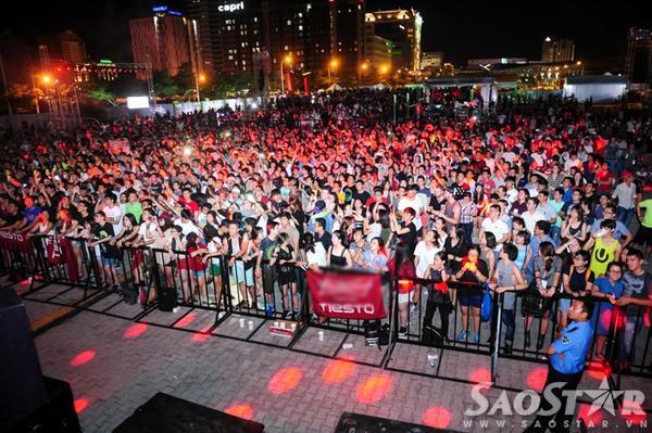 """Khán giả bên dưới cũng cùng nhau """"quẩy"""" với cựu HLV Giọng hát Việt."""