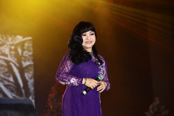Nữ danh ca Hương Lan tái ngộ khán giả trong lần về thăm quê hương này với Mùa đông của anh và Đêm gành hào nghe điệu hoài lang.